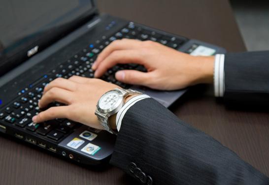 ノートPCを操作するビジネスマン