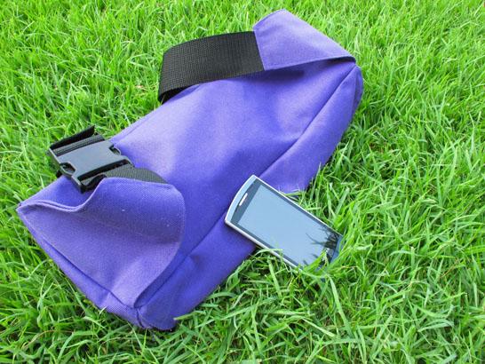 芝の上のスマートフォン