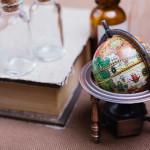 地球儀と古い本