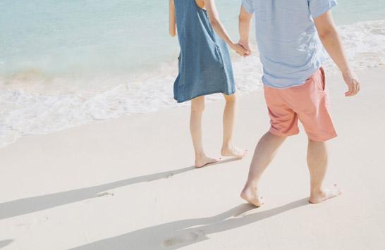 裸足で浜辺を歩く