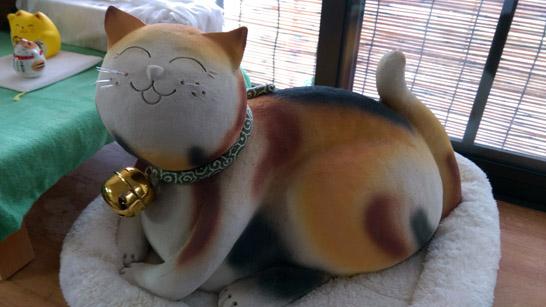 信楽焼三毛猫