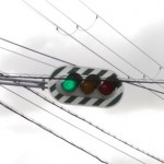 信号機に緑と白の斜線(ゼブラ板)が付いている事があるのは何故か