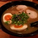 長浜の「麺屋銀JIRO。」入り辛いけど中は寿司屋のような綺麗なお店で豚骨ラーメンを食す