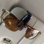 車を運転中に朝陽が眩しくて信号が見えないのでサングラスで対策した
